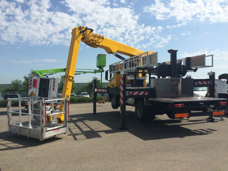 hoogwerker op vrachtwagen
